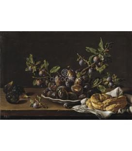 Frutero con ciruelas en un plato higos y una rosca